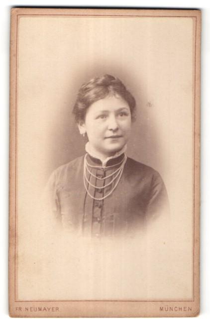 Fotografie Fr. Neumayer, München, Portrait hübsche junge Frau mit Perlenhalskette
