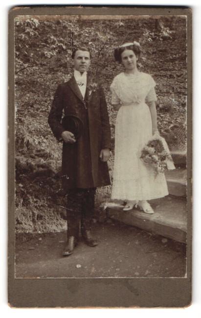 Fotografie unbekannter Fotograf und Ort, Portrait Hochzeitspaar im Freien, Braut und Bräutigam