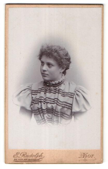 Fotografie E. Rudolph, Hof, Portrait Fräulein mit zurückgebundenem Haar