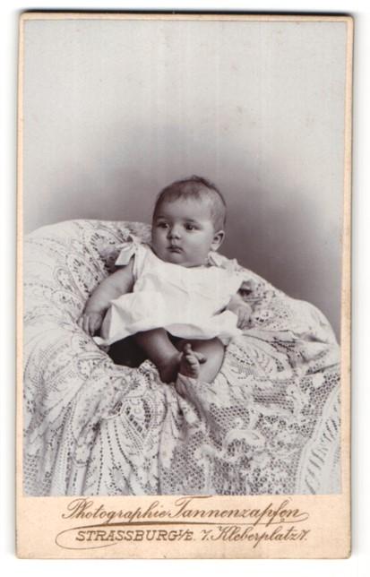 Fotografie Tannenzapfen, Strassburg i/E, Portrait Säugling mit nackigen Füssen