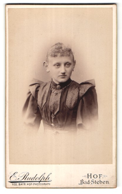Fotografie E. Rudolph, Hof, Portrait junge Frau mit zurückgebundenem Haar