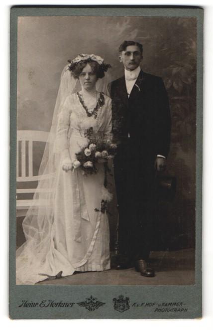 Fotografie Heinr. E. Herkner, Gablonz a/N, Portrait Hochzeitspaar, Braut und Bräutigam