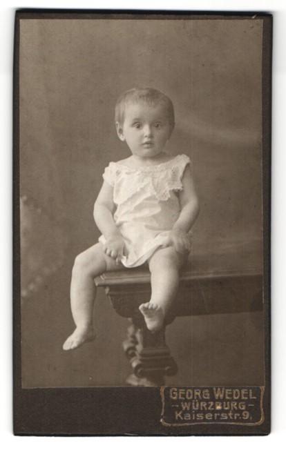 Fotografie Georg Wedel, Würzburg, Portrait Kleinkind mit nackigen Füssen