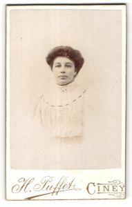 Fotografie H. Puffet, Ciney, Portrait hübsche Frau in weisser Bluse