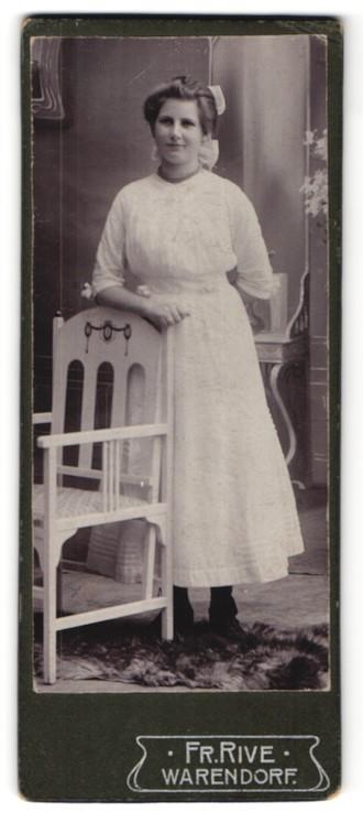 Fotografie Fr. Rive, Warendorf, hübsche junge Frau mit Haarschleife im weissen Kleid