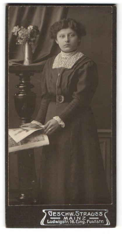 Fotografie Geschw. Strauss, Mainz, junge hübsche Dame mit Halskette und Zeitschrift