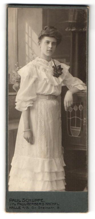 Fotografie Paul Schuppe, Halle / Saale, hübsches Mädchen im weissen Kleid mit Ansteckblume