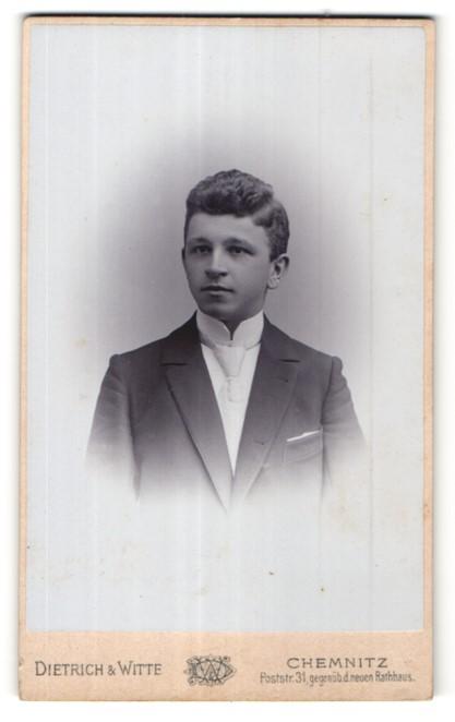 Fotografie Dietrich & Witte, Chemnitz, Portrait Knabe in festlichem Anzug
