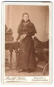 Fotografie Rudolf Kühn, Erfurt & Friedrichroda, Portrait Mädchen in festlicher Kleidung