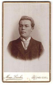 Fotografie Max Lusche, Wunsiedel, Portrait junger Herr mit Brille
