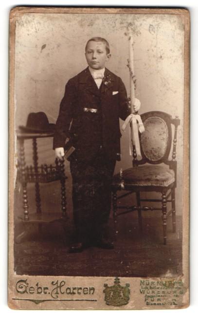 Fotografie Gebr. Harren, Nürnberg, Würzburg, Fürth, Portrait Knabe in Anzug mit Kerze