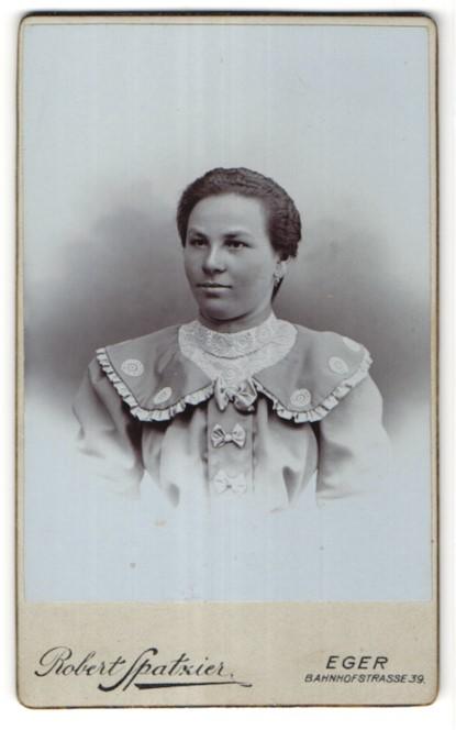 Fotografie Robert Spatzier, Eger, Portrait junge Frau mit zurückgebundenem Haar
