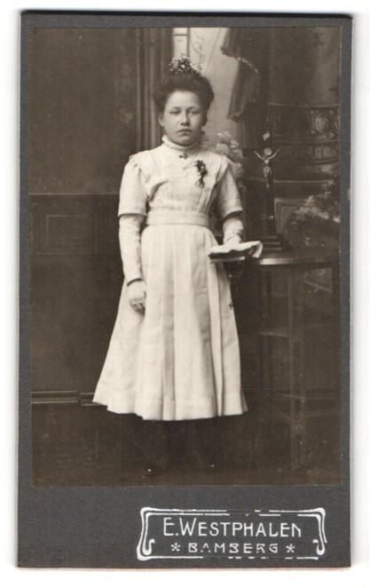 Fotografie E. Westphalen, Bamberg, Portrait Mädchen in festlichem Kleid