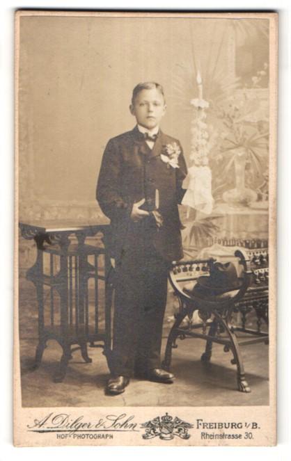 Fotografie A. Dilger & Sohn, Freiburg i/B, Portrait Knabe in Anzug mit Kerze
