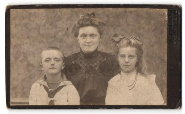 Fotografie August Iwersen, Wilhelmshaven, Portrait Mutter mit Tochter und Sohn