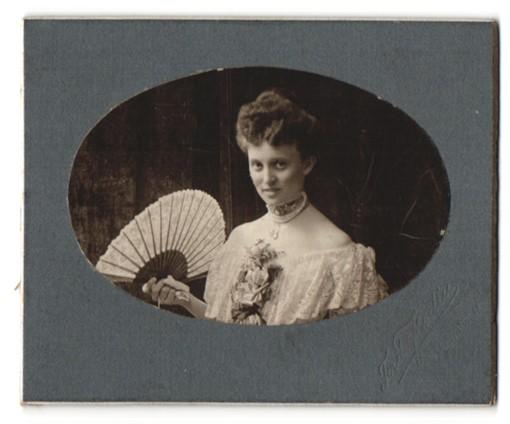 Fotografie Ferdinand Flodin, Stockholm, Portrait Dame mit Fächer