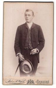 Fotografie B. Wehle, Dresden, Portrait halbwüchsiger Knabe in Anzug mit Gehstock und Hut