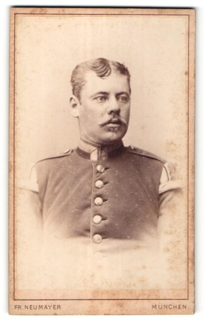Fotografie Fr. Neumayer, München, Portrait Unteroffizier mit Schwalbennestern
