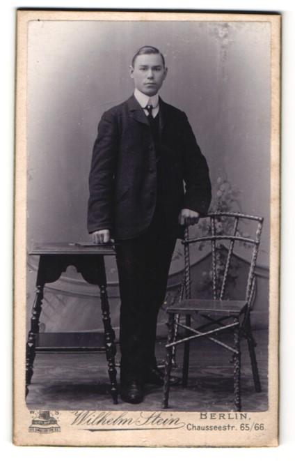 Fotografie Wilhelm Stein, Berlin, Portrait halbwüchsiger Knabe in Anzug