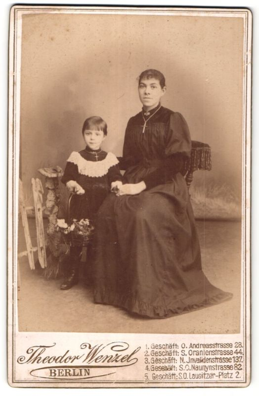 Fotografie Theodor Wenzel, Berlin, Portrait Mutter und Tochter mit Kruzifix