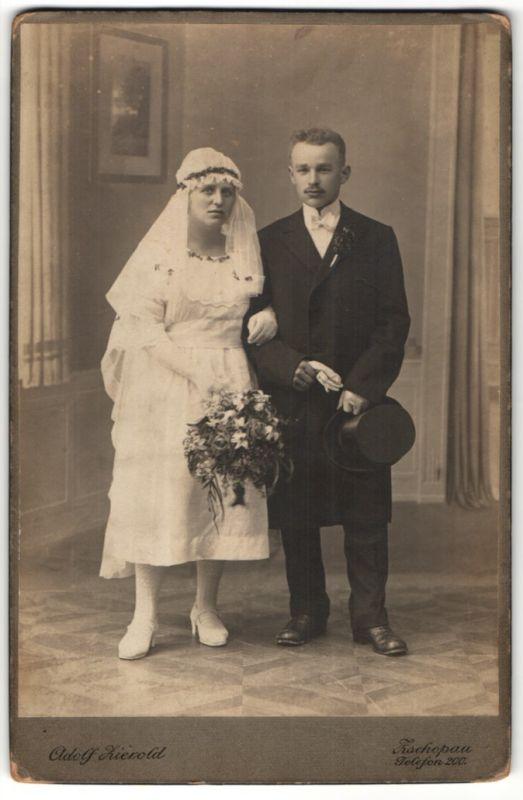 Fotografie Adolf Zierold, Zschopau, Portrait Brautpaar in zeitgenöss. Garderobe, Hochzeit