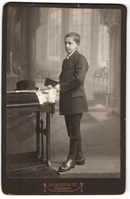 Fotografie Samson & Co., München, Portrait Knabe in festlichem Anzug
