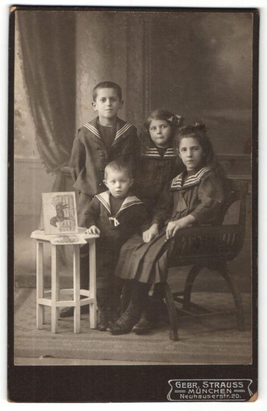 Fotografie Gebr. Strauss, München, Portrait zwei Knaben und zwei Mädchen