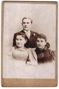 Fotografie Kolby, Plauen i/V, Chemnitz, Zwickau i/S, Portrait junger Herr und zwei junge Damen