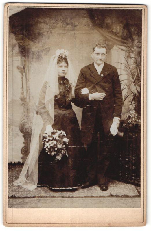 Fotografie unbekannter Fotograf und Ort, Portrait Hochzeitspaar in zeitgenöss. Garderobe