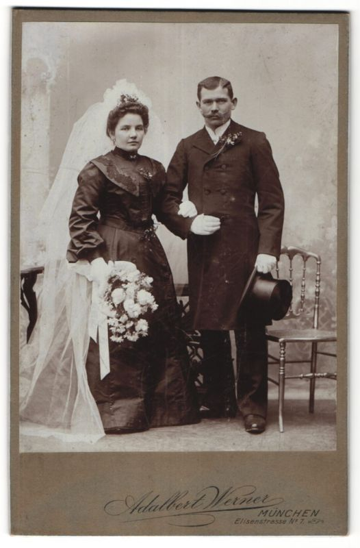 Fotografie Adalbert Werner, München, Portrait Hochzeitspaar und zeitgenöss. Garderobe