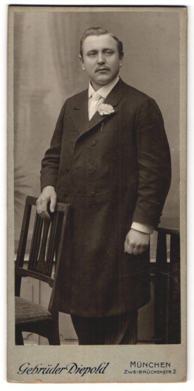 Fotografie Gebrüder Diepold, München, Portrait bürgerlicher Herr in feierlicher Garderobe