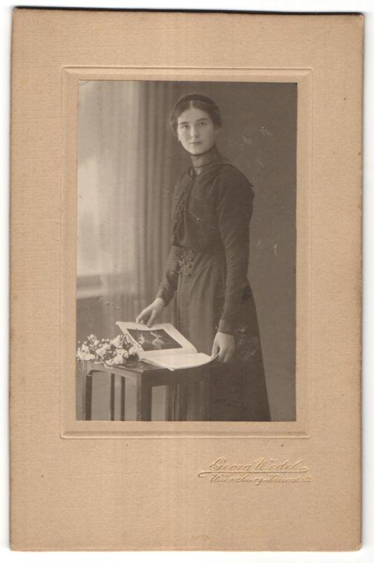 Fotografie Georg Wedel, Würzburg, Portrait bürgerliches Fräulein mit langem Hals