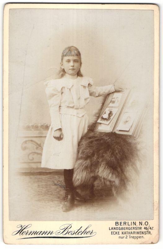 Fotografie Hermann Besteher, Berlin-NO, Portrait kleines Mädchen mit Fotoalbum