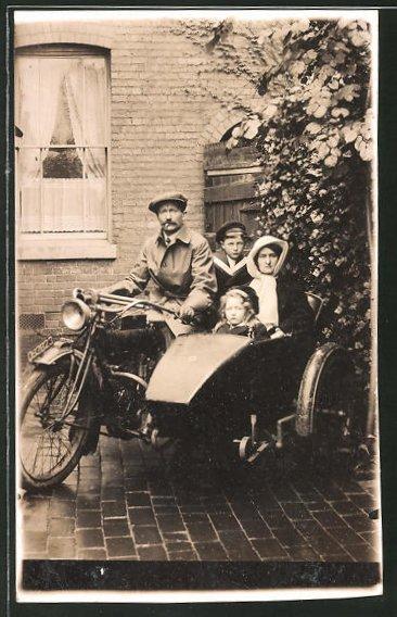 Foto-AK Familie auf ihrem Motorrad mit Beiwagen