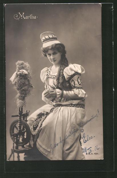 AK Martha mit Spinnrad posierend