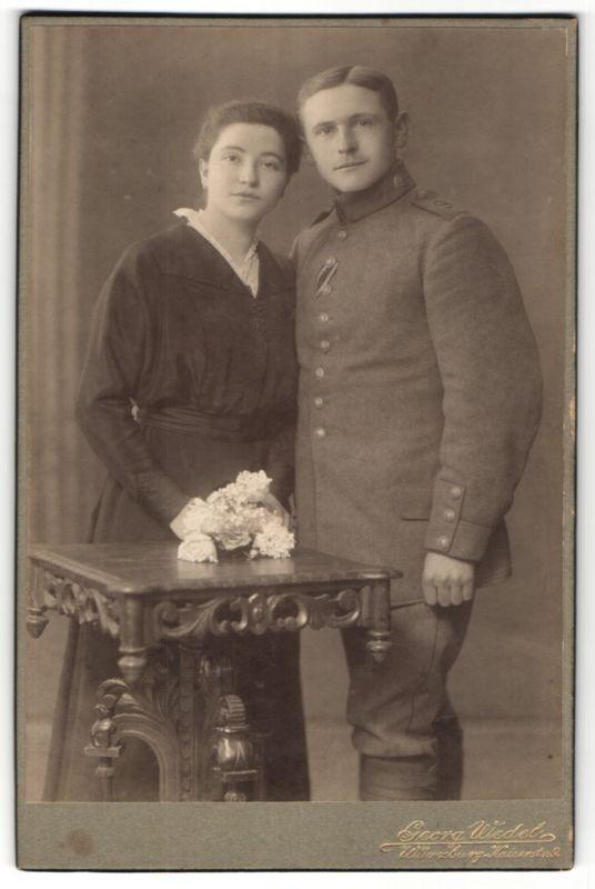 Fotografie Georg Wedel, Würzburg, Portrait Soldat mit Schulterklappe 9 und Gattin