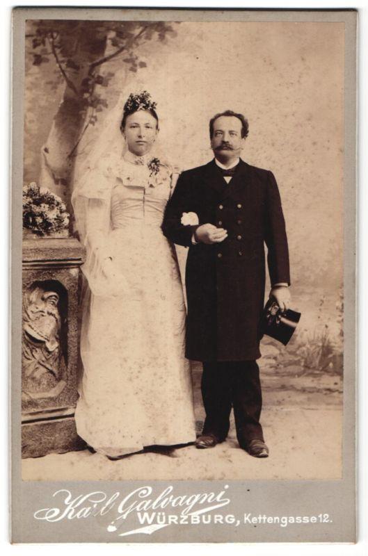 Fotografie Karl Galvagni, Würzburg, Portrait Hochzeitspaar in zeitgenöss. Mode