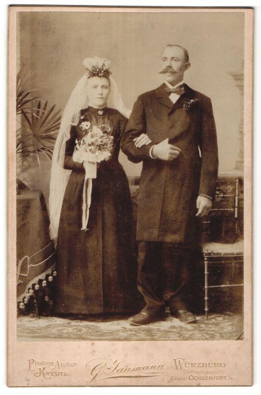 Fotografie G. Jaumann, Würzburg, Portrait Hochzeitspaar, Bräutigam mit mächtigem Schnazbart