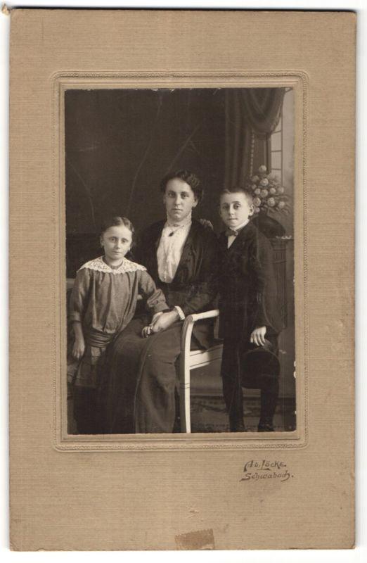Fotografie Ad. Löcke, Schwabach, Portrait Mutter mit Tochter und Sohn