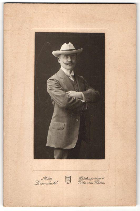 Fotografie Atelier Liesendahl, Cöln a/Rh, Portrait eleganter junger Herr mit Zwicker und Hut 0