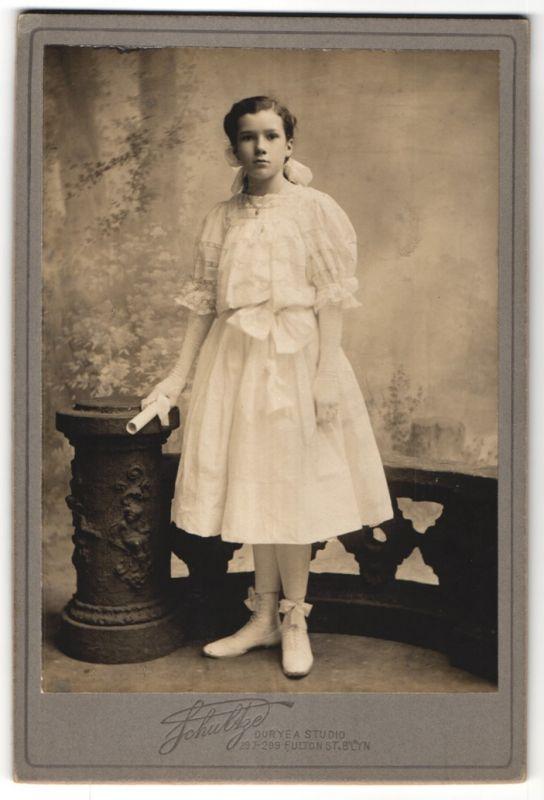 Fotografie Schultze, Brooklyn, NY, Portrait Mädchen in festlichem Kleid 0