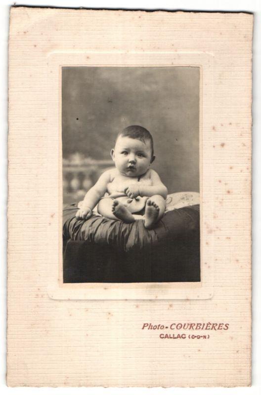 Fotografie Courbières, Callac, Portrait Säugling mit nackigen Füssen 0