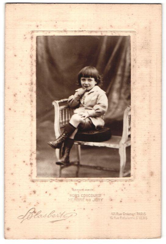 Fotografie Blasbert, Paris, St. Denis, Portrait kleiner Knabe mit dunklem Haar