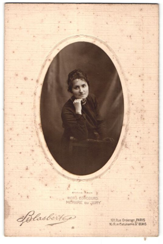 Fotografie Blasbert, Paris, St. Denis, Portrait Dame mit dunklem Haar