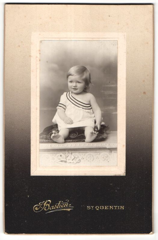 Fotografie Bastien, St. Quentin, Portrait Kleinkind mit nackigen Füssen 0