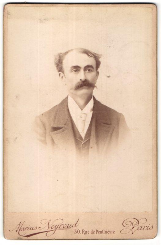 Fotografie Marius Neyroud, Paris, Portrait Herr mit zeitgenöss. Frisur 0