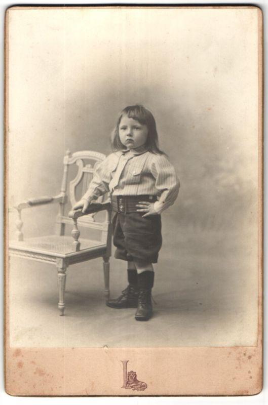 Fotografie Grands Magasins du Louvre, Paris, Portrait kleiner Kerl mit langem Haar 0