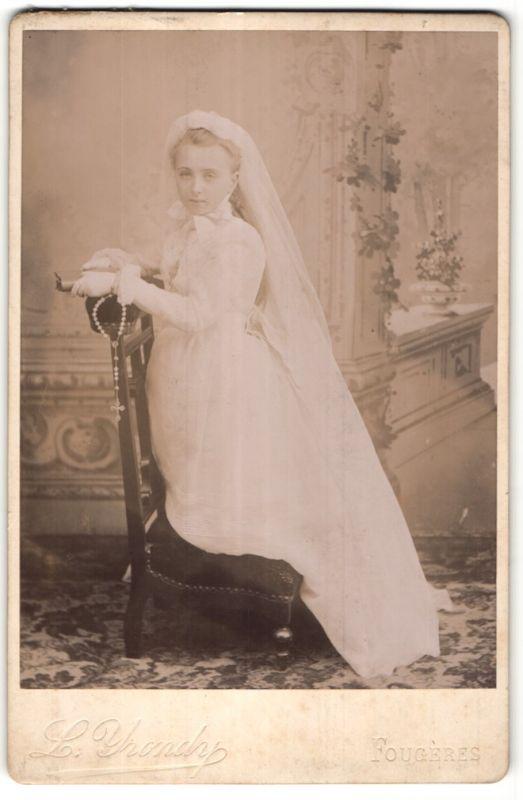 Fotografie L. Yrondy, Fougères, Portrait Mädchen in festlichem Kleid auf Gebetsstuhl 0