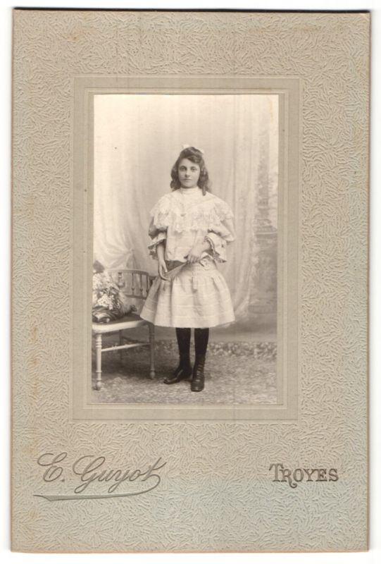 Fotografie E. Guyot, Troyes, Portrait Mädchen in festlichem Kleid 0
