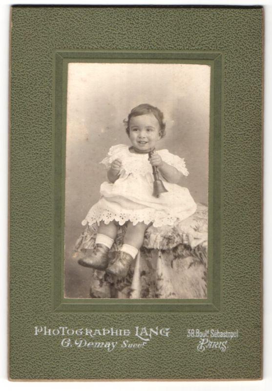 Fotografie Lang, Paris, Portrait kleines Mädchen mit Glocke 0